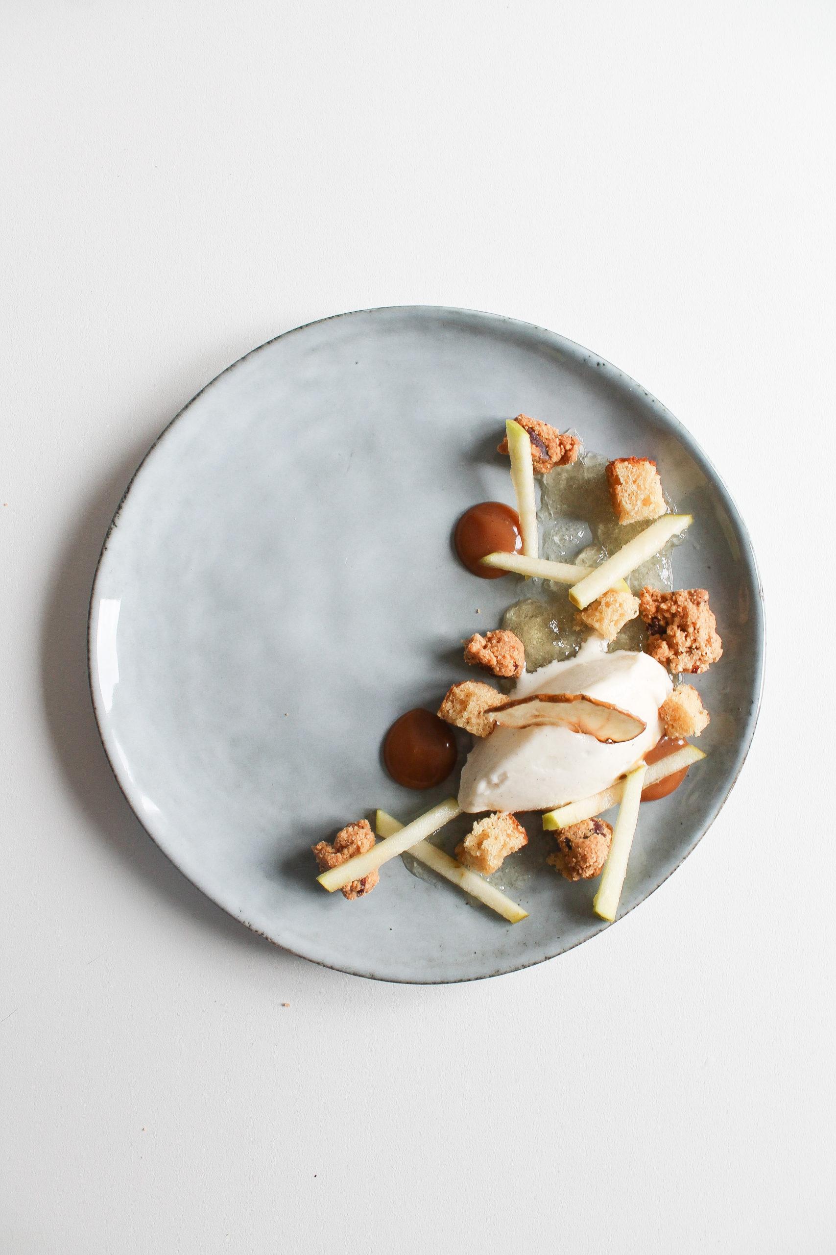dessert à l'assiette pomme vanille caramel